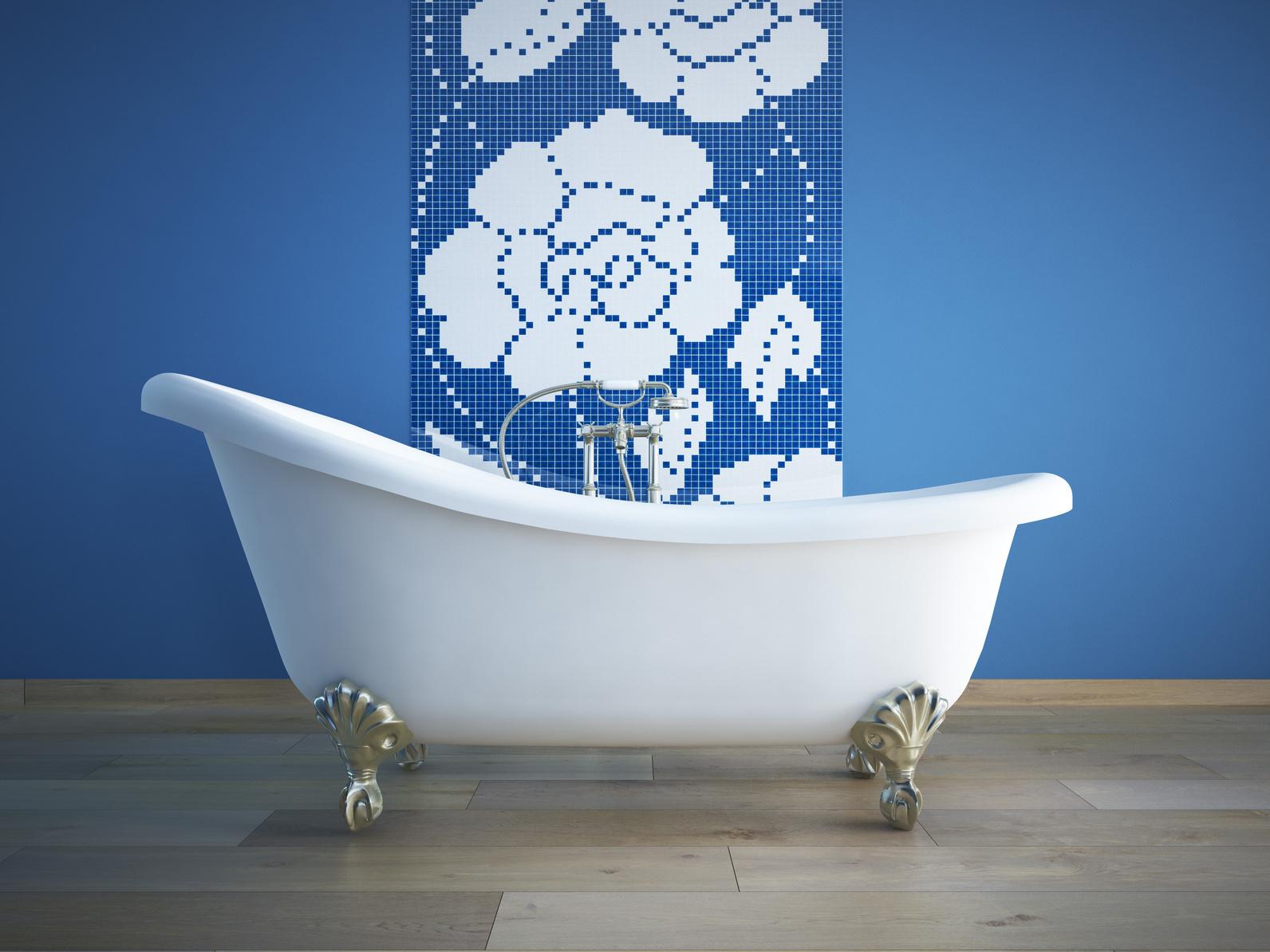 Pose d'un carrelage imitation bois dans une salle de bain