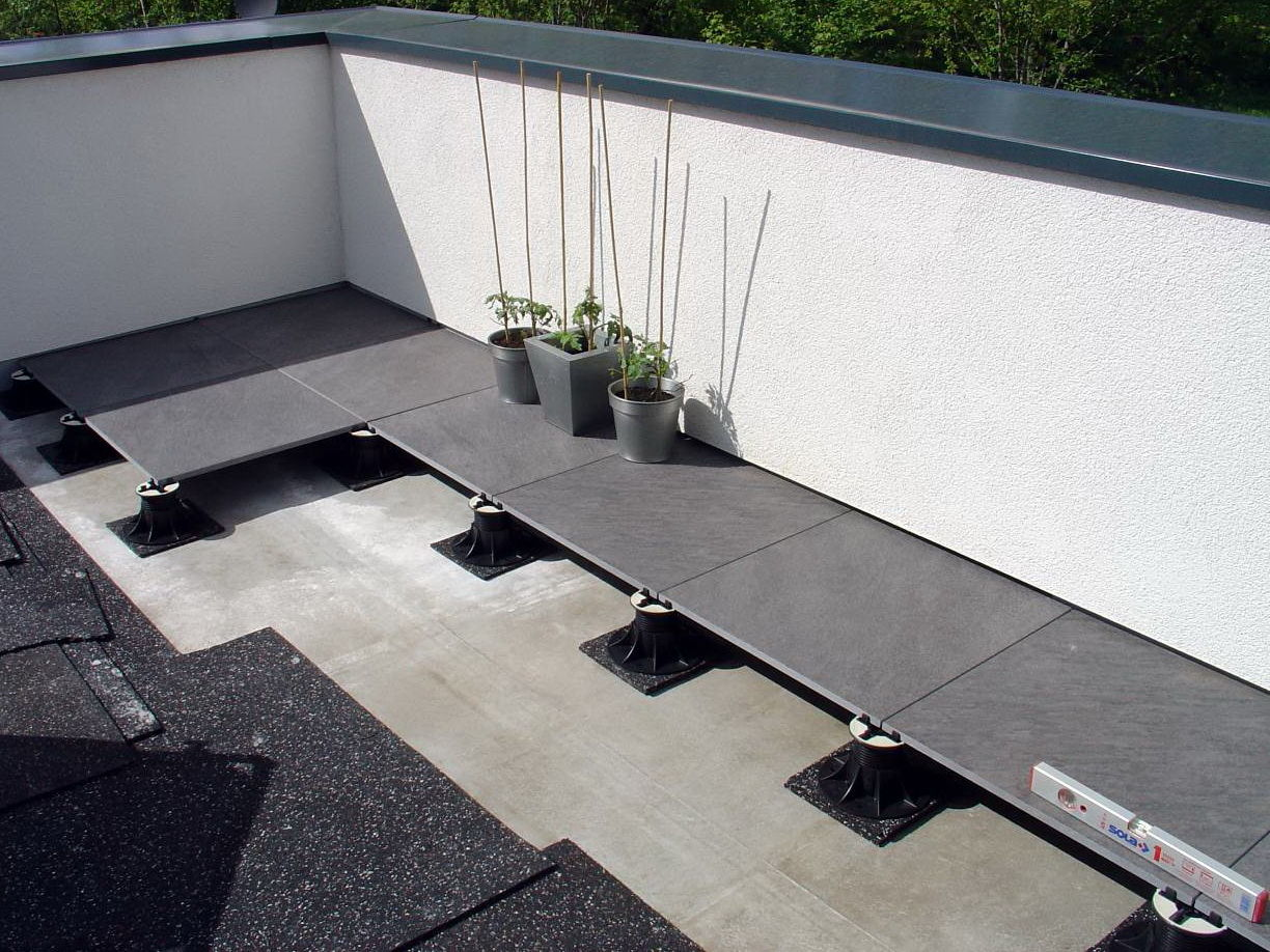 Concept et pose du carrelage sur plot for Pose carrelage exterieur sur plots