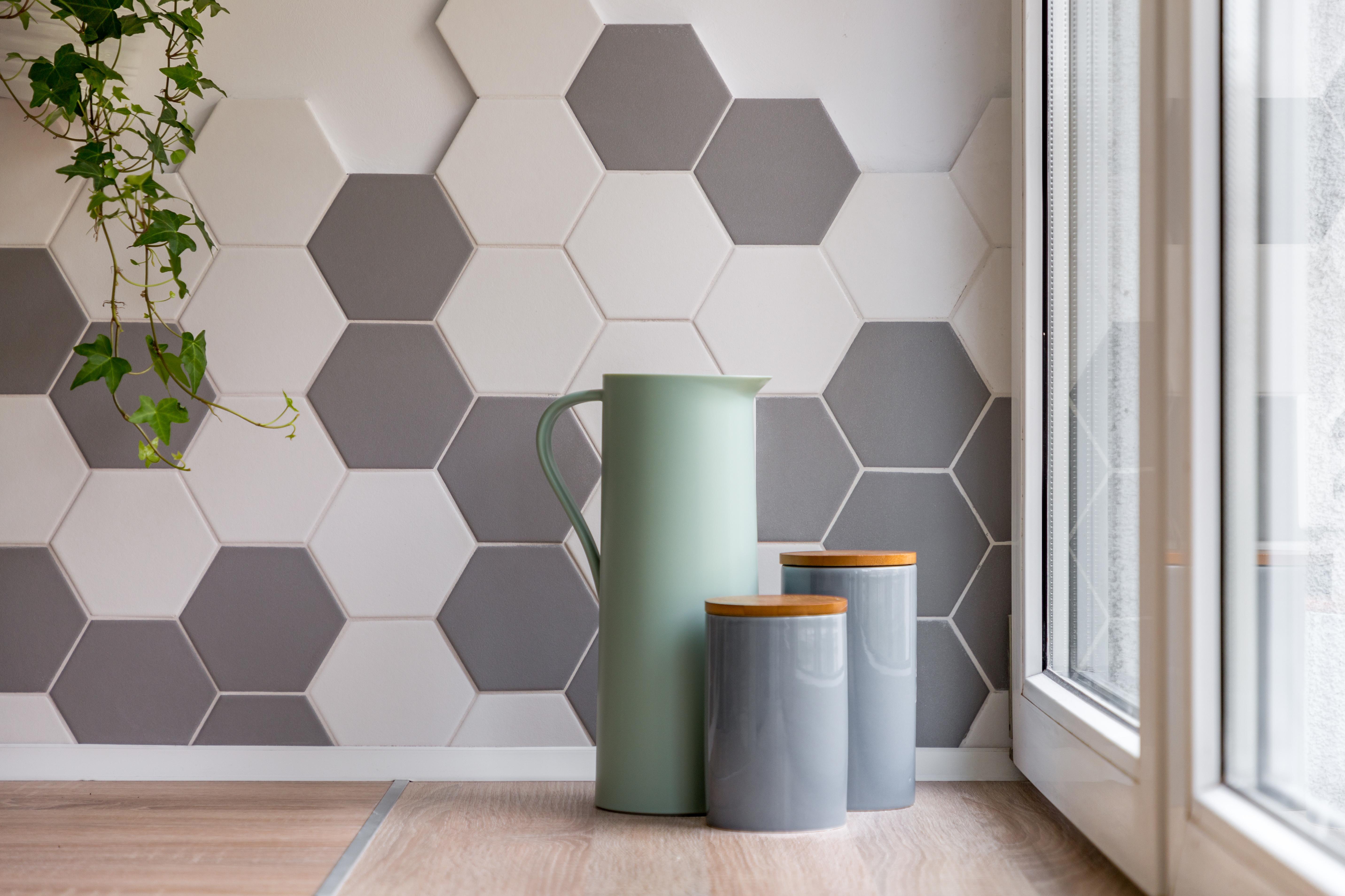 Carrelage Blanc Joint Noir le carrelage hexagonal : atout, inconvénient et prix