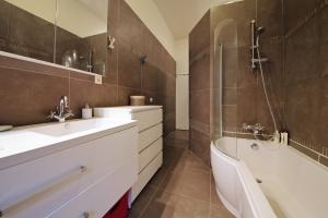 Carrelage mural de salle de bain : comment le nettoyer ?